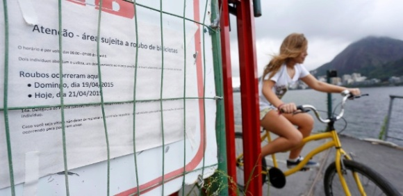 24abr2015-cansados-da-rotina-de-assaltos-moradores-da-lagoa-na-zona-sul-do-rio-de-janeiro-decidiram-afixar-mensagens-ao-longo-da-ciclovia-proxima-ao-parque-dos-patins-para-alertar-ciclistas-e-142988